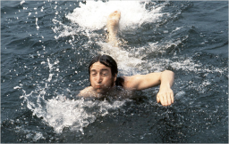 Lennon nadando