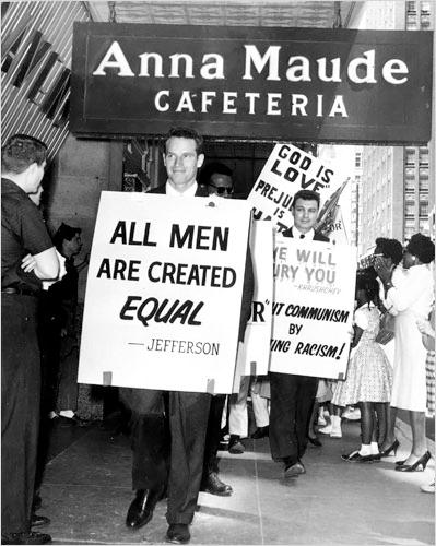 Charlton Heston en una manifestación contra el racismo