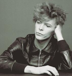 Bowie pensativo