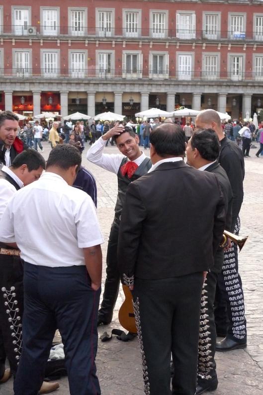 Un grupo de mariachi preparándose para actuar en la Plaza Mayor.