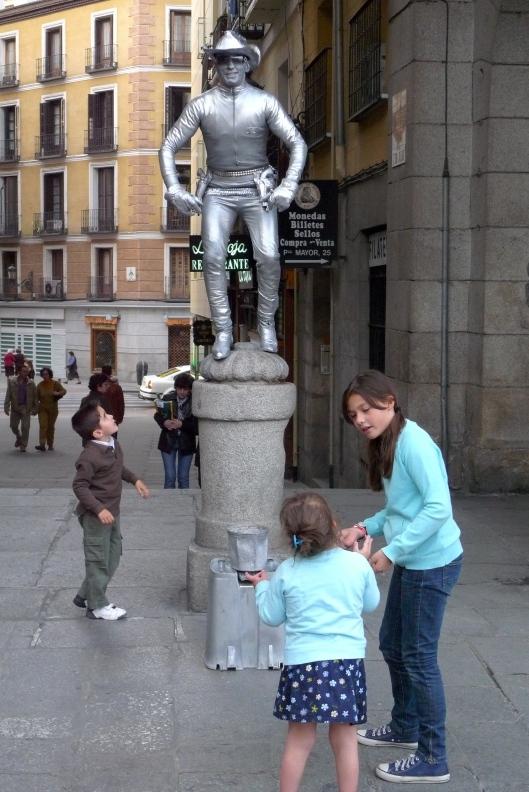 Unos niños fascinados con un mimo, en la Plaza Mayor.