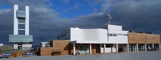 Torre de control marítimo y edificio del puerto deportivo Marina Coruña