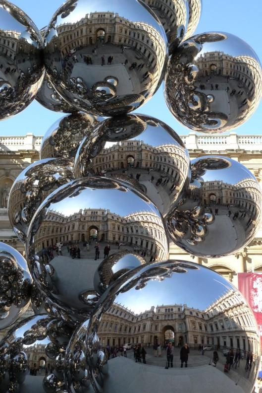 La Royal Academy Of Arts reflejada en la escultura de Anish Kapoor