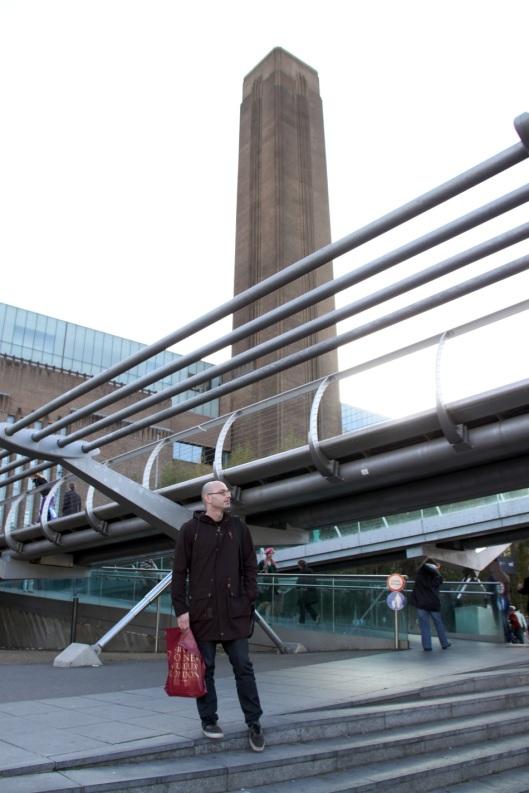 Fernando, delante de la Tate Modern, esperando a que yo terminara de hacer fotos (¡qué paciencia tiene!)