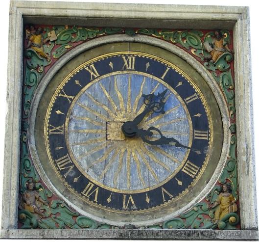 Reloj de una iglesia de Tallín