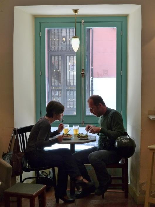 Almorzando en la mesita de la ventana de El Azul
