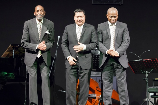 Ron Carter, Donald Vega y Russell Malone saludando al público al final del concierto.