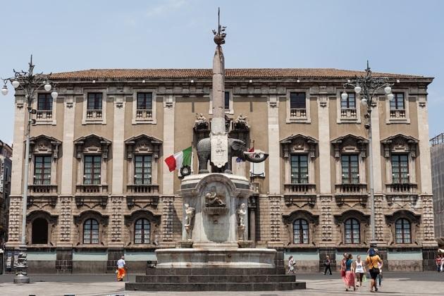 Palacio de los Elefantes y fuente del Elefante, en la plaza de la Catedral.