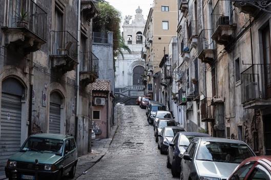 Paseando por las calles de Sicilia, parece que el tiempo se detuvo hace décadas. Al fondo, Santa Agata al Carcere.