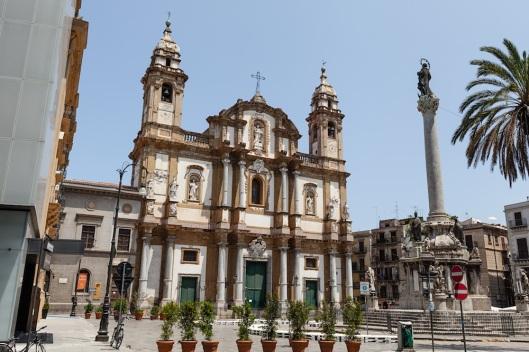 Iglesia de San Domenico, en la plaza presidida por la columna de la Inmaculada.
