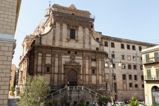 Fachada de Santa Caterina, en la piazza Bellini.