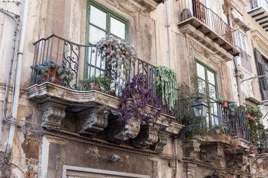 Los siempre espectaculares balcones de Sicilia, en esta ocasión en un palacio cercano a la piazza Marina.