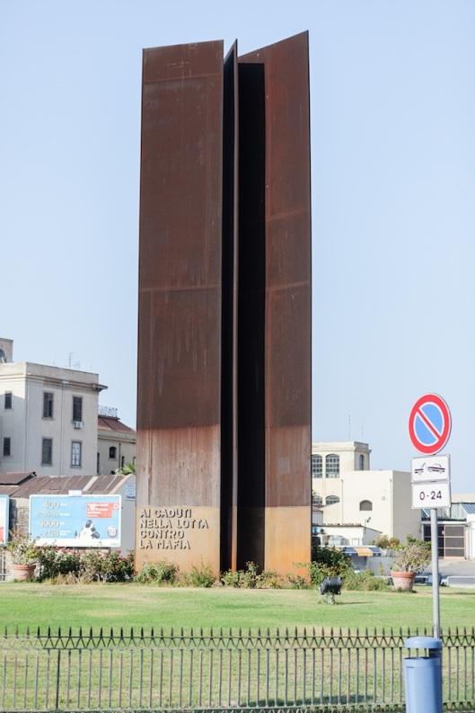 Monumento a los caídos en la lucha contra la Mafia.