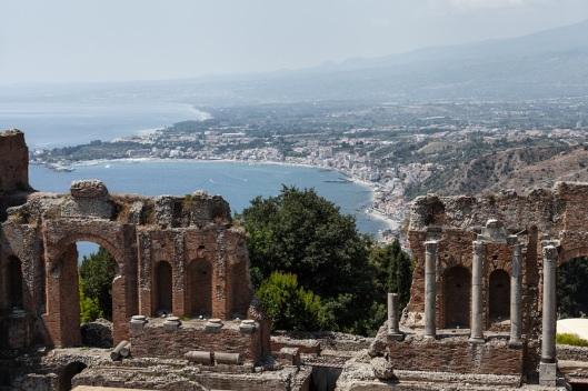Tan espectacular como el propio Teatro Griego son las vistas de Taormina, la costa y el Etna.