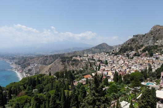 Vista de Taormina desde el Teatro Griego. Al fondo, el Etna.