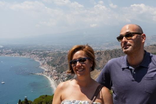 Aunque no suelo colgar muchas fotos nuestras, aquí está la prueba de que sí que estuvimos en Sicilia (Cristina y Fernando durante la visita al Teatro Griego).