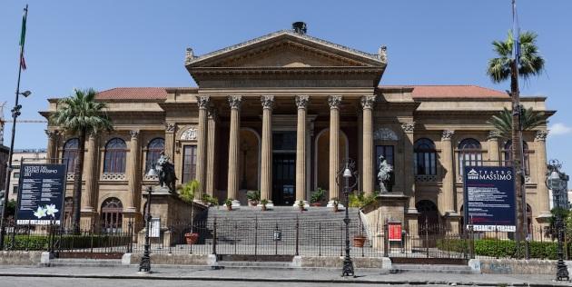 Vista frontal del Teatro Massimo de Palermo, con las famosas escalinatas de El Padrino III.