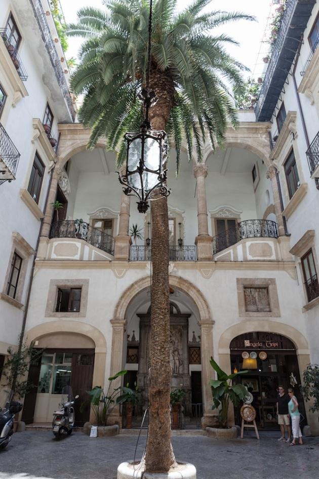 Un precioso patio de una casa de la via Vittorio Emanuele, muy cerca de la Catedral.