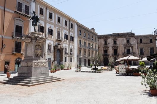 Piazza Bologni, en la via Vittorio Emanuele.