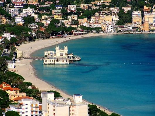 Foto de la playa de Mondello y del balneario Kuursal (la playa, en realidad, está llena de tumbonas y sombrillas de pago).