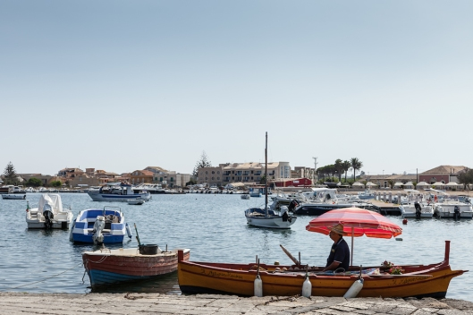 Una barca (servicio de un hotel) en el puerto de Marzamemi.