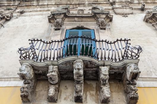 Un precioso balcón de un edificio de Módica, en la via Umberto I.