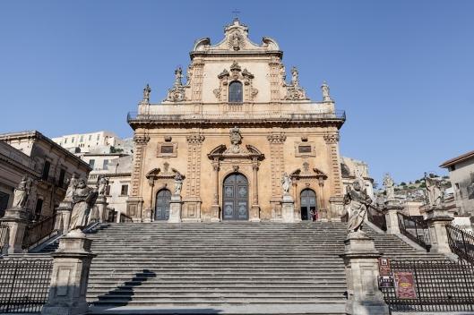 Fachada de San Pietro y escalinatas de acceso .
