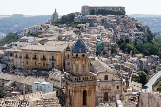 Vista de Ragusa Ibla, con la torre de la iglesia de en primer plano.