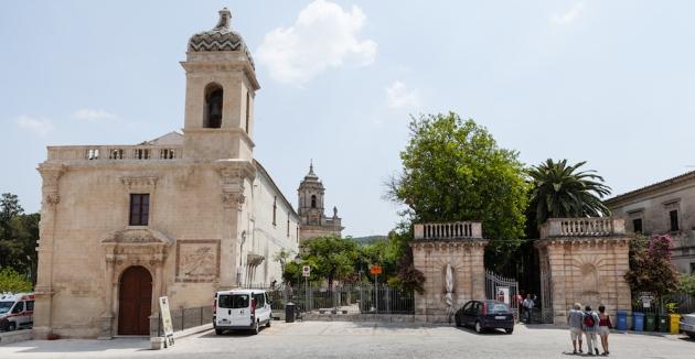 Entrada al jardín Ibleo. A la izquierda, iglesia.