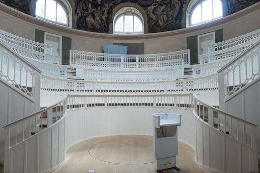 Sala principal del Teatro de Anatomía Animal. En el suelo se ve la trampilla circular por donde subían desde el sótano, por un sistema de poleas, a los animales.