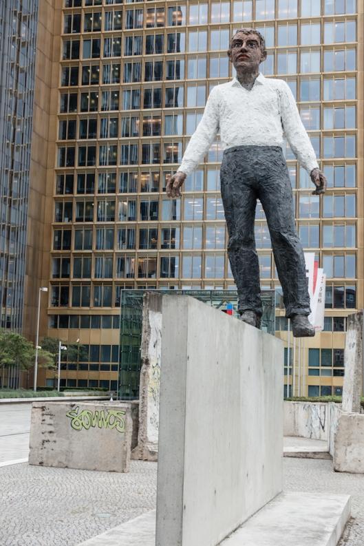 Balanceakt, de Stephan Balkenhohl (frente a la sede de la editorial Axel Springer, en Axel-Springer-Straße 65)