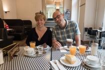 Cris y Fer desayunando en Barcomi's Deli.