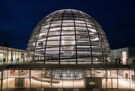 Vista nocturna de la cúpula del Reichstag.