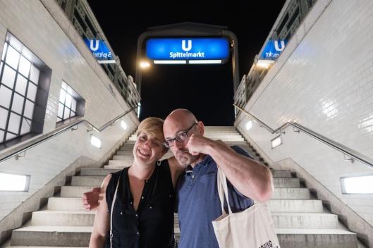 Cris y Fer despidiéndose de Berlín desde la salida de la parada de metro de nuestro hotel.
